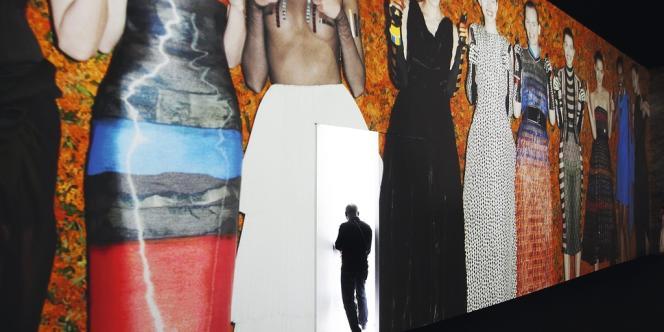 Un planisphère géant trônant sur le podium Chanel, un diaporama photo au défilé couture de Dior, un groupe punk suspendu chez Rick Owens... Pour que leurs shows soient repris sur Twitter ou Instagram, les marques de luxe adoptent des scénographies de plus en plus spectaculaires.