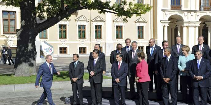 Le président Vladimir Poutine rejoint les chefs d'Etat de de gouvernement pour la traditionnelle photo de famille, à l'issue du sommet du G20 Saint-Pétersbourg, le 6 septembre.
