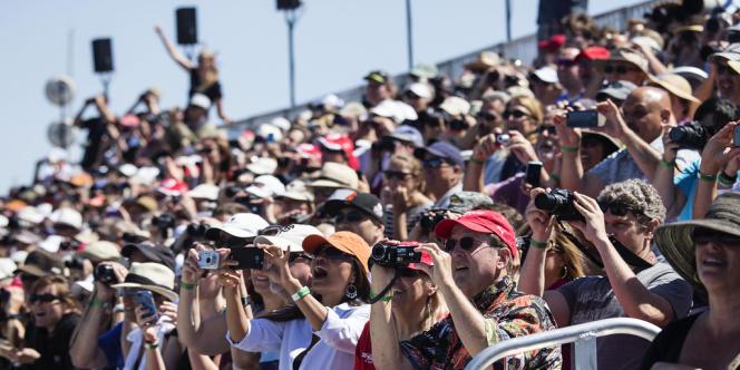 Les spectateurs dans les gradins de l'America's Cup Village, à Marina Green.