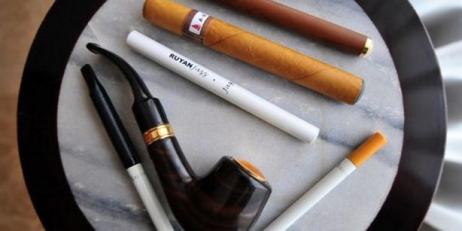 Des produits conçus par l'inventeur de la cigarette électronique, Hon Lik, à Pékin.
