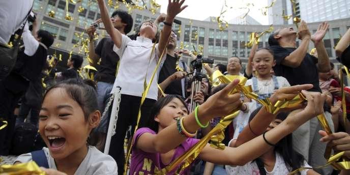 Réactions dans les rues de Tokyo après l'annonce de la désignation de la capitale japonaise pour organiser les Jeux olympiques de 2024.