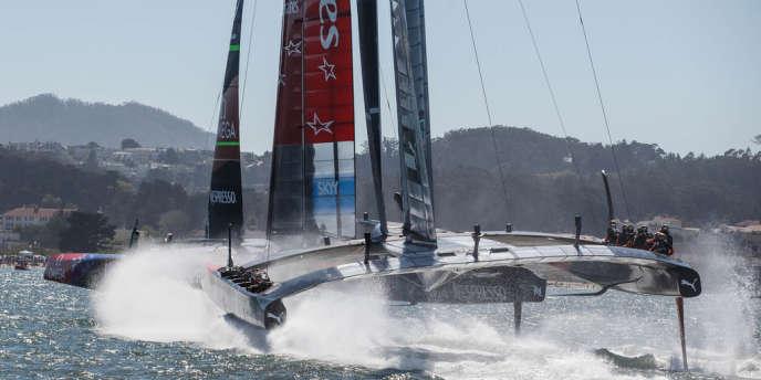Grâce à leurs foils, les catamarans de l'America's Cup volent au-dessus de l'eau.