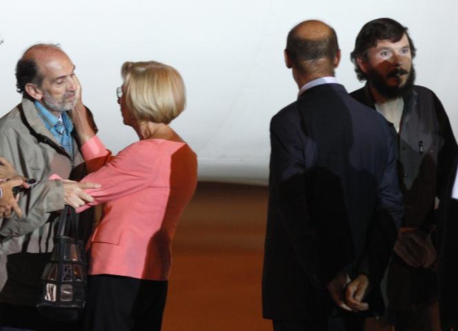 Le journaliste italien Domenico Quirico (à gauche) et l'enseignant belge Pierre Piccinin (à droite), à leur arrivée à l'aéroport de Ciampino, près de Rome, dans la nuit de dimanche 8 à lundi 9 septembre.