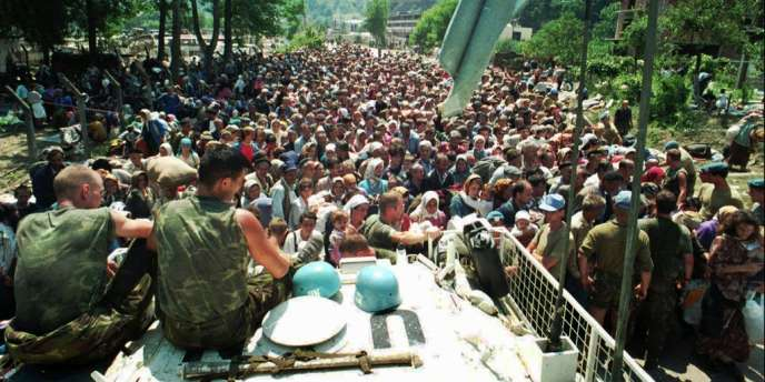 Des casques bleus néerlandais et des réfugiés musulmans, le 13 juillet 1995 près de Srebrenica.