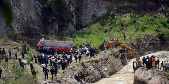 Les secours s'affairent près de la carcasse du bus accidenté, au Guatemala, le 9 septembre.