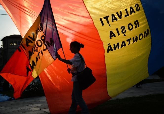 Une manifestation hostile au projet minier, le 8 septembre à Bucarest.