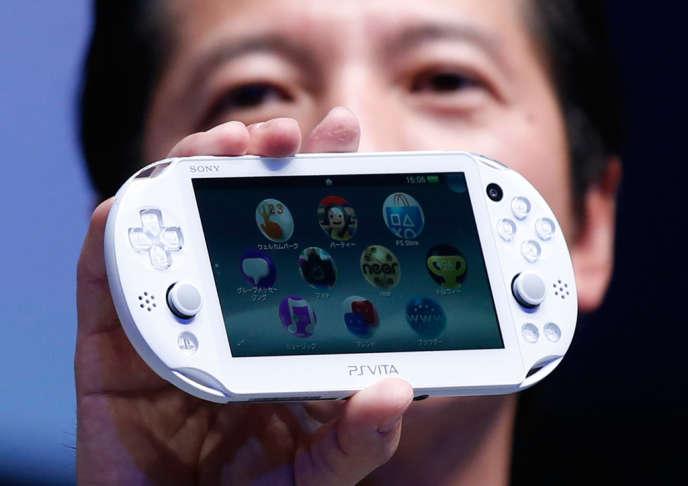 Présentation du nouveau modèle de la console portable de Sony, la PS Vita, à Tokyo, le 9 septembre.