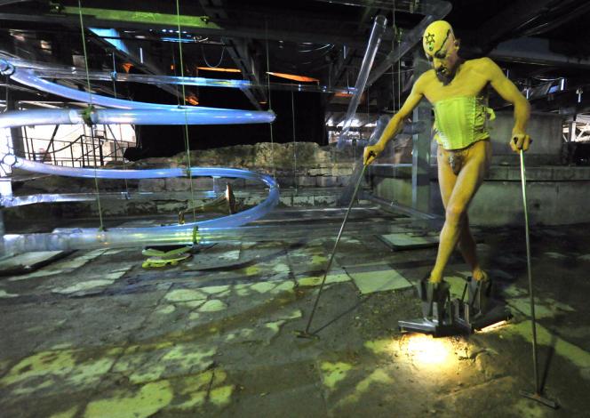 L'artiste sud-africain Steven Cohen lors d'une performance intitulée