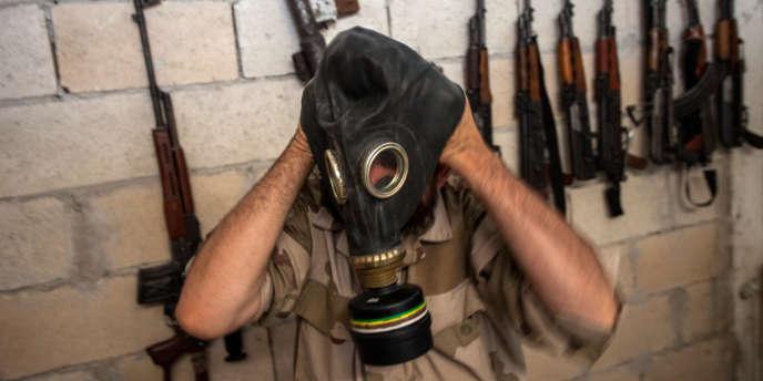 Un rebelle syrien essaie un masque à gaz, le 18 juillet à Idlib, dans le nord du pays.