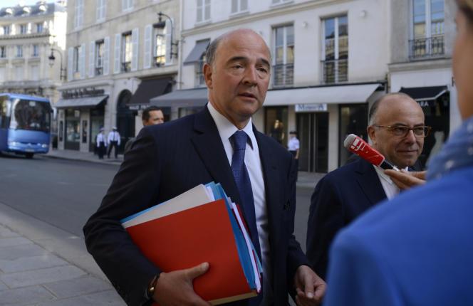 Pierre Moscovici, ministre de l'économie et des finances, et Bernard Cazeneuve, ministre chargé du budget, arrivent à l'Elysée pour le séminaire sur la France de 2025, le 19 août.