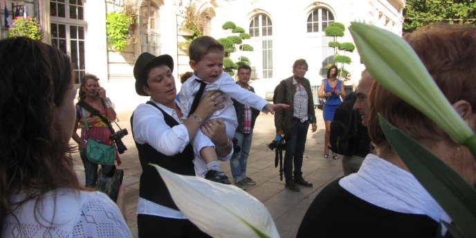 Amandine Gilles devant sur le parvis de la mairie de Bollène, après son mariage, le 10 septembre.