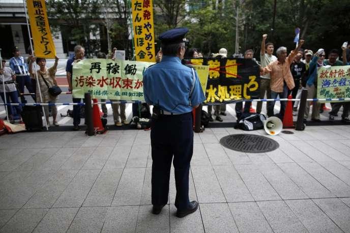 Une manifestation antinucléaire, devant le siège de l'autorité de régulation, le 11 septembre à Tokyo.