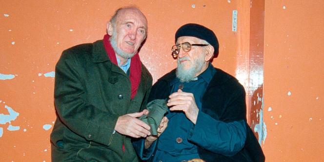 Albert Jacquard en compagnie de l'abbé Pierre, à Paris en décembre 1994.