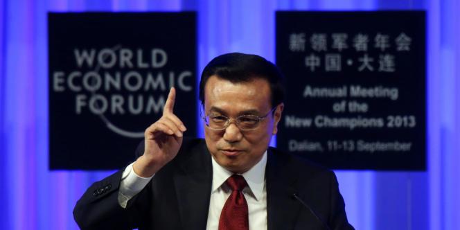 Le premier ministre chinois, Li Keqiang, lors du Forum économique mondial à Dalian, le 11 septembre. Ces derniers jours, M. Li a pris position contre l'immixtion des autorités locales dans l'économie, expliquant qu'il fallait « promouvoir le principe selon lequel un gouvernement local ne devra plus jamais investir directement ou mettre en place une affaire ».