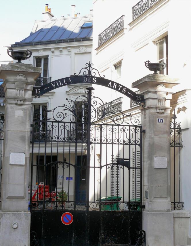 Paris. L'entrée de la villa des arts.