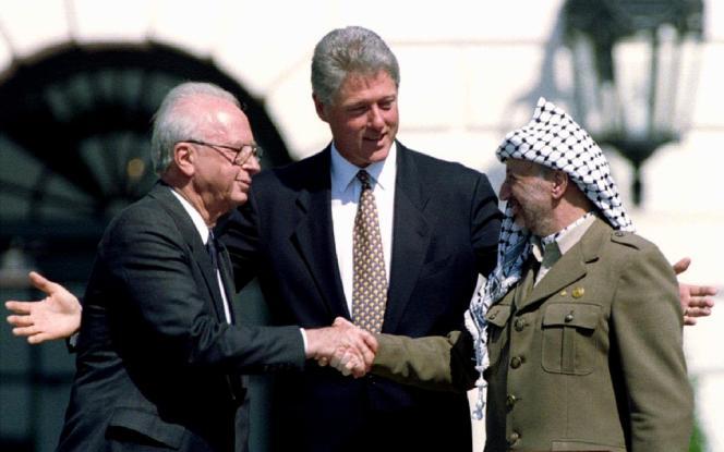 La poignée de main historique entre Yitzhak Rabin et Yasser Arafat, en présence de Bill Clinton, le 13 septembre 1993.