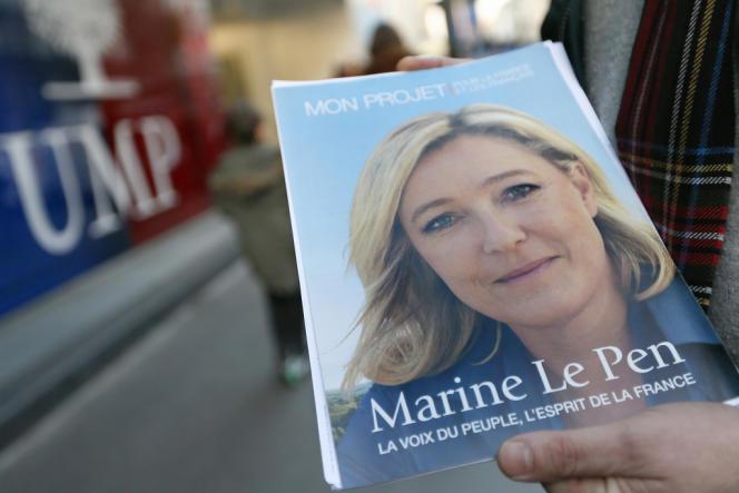 Une affiche de Marine Le Pen, présidente du Front national, devant le siège de l'UMP, à Paris.