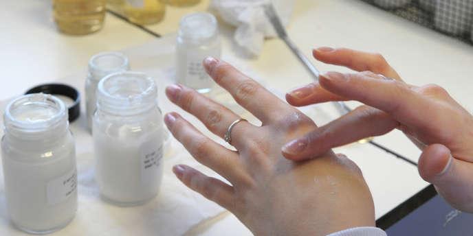 Test d'un produit cosmétique au laboratoire.