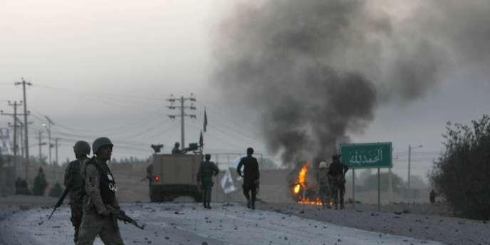 Des soldats afghans devant le consulat américain de la province de Herat, cible d'une attaque des talibans, le 13 septembre.