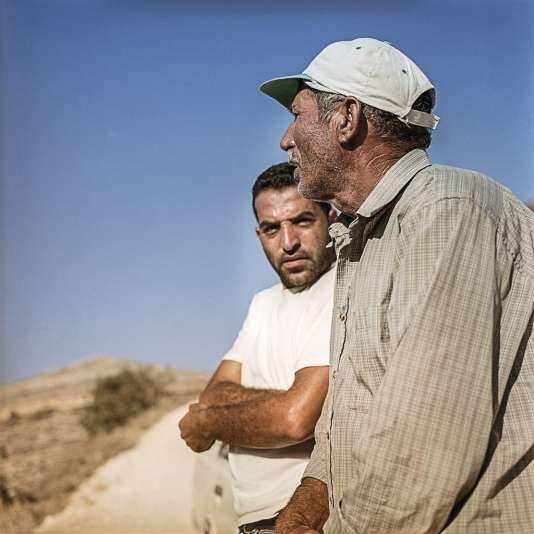 Hassan Muamer (à gauche) œuvre à la rénovation des sentiers anciens «pour inciter les paysans à retourner à la terre» et faire découvrir ce patrimoine naturel aux touristes.
