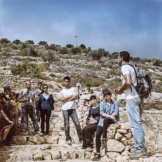 En parallèle du circuit de randonnée, les Battiri ont créé un centre d'information et un gîte, qui ont accueilli, depuis février 2013, plus de 1 500 touristes (le guide Hassan Muamer, avec des touristes).