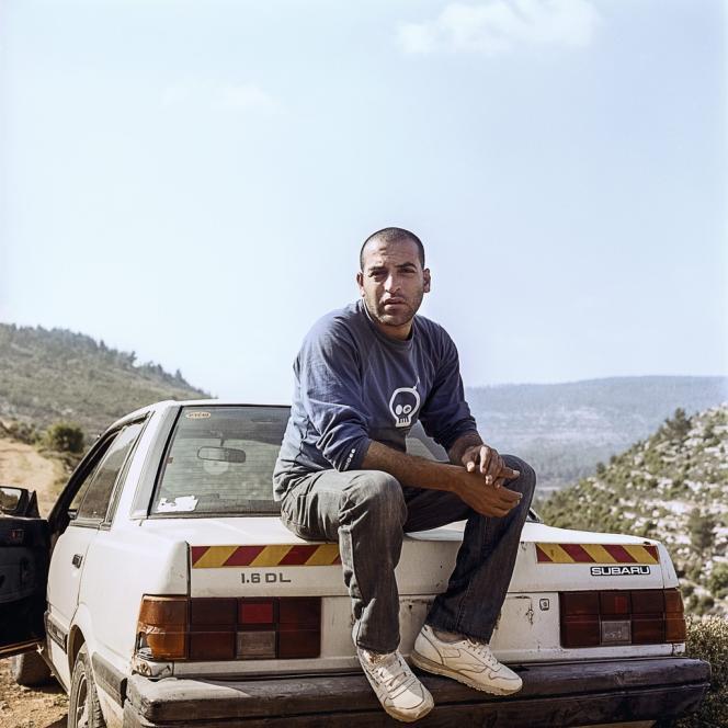 Au volant de sa Subaru, le guide Hassan Muamer connaît chaque recoin du village.