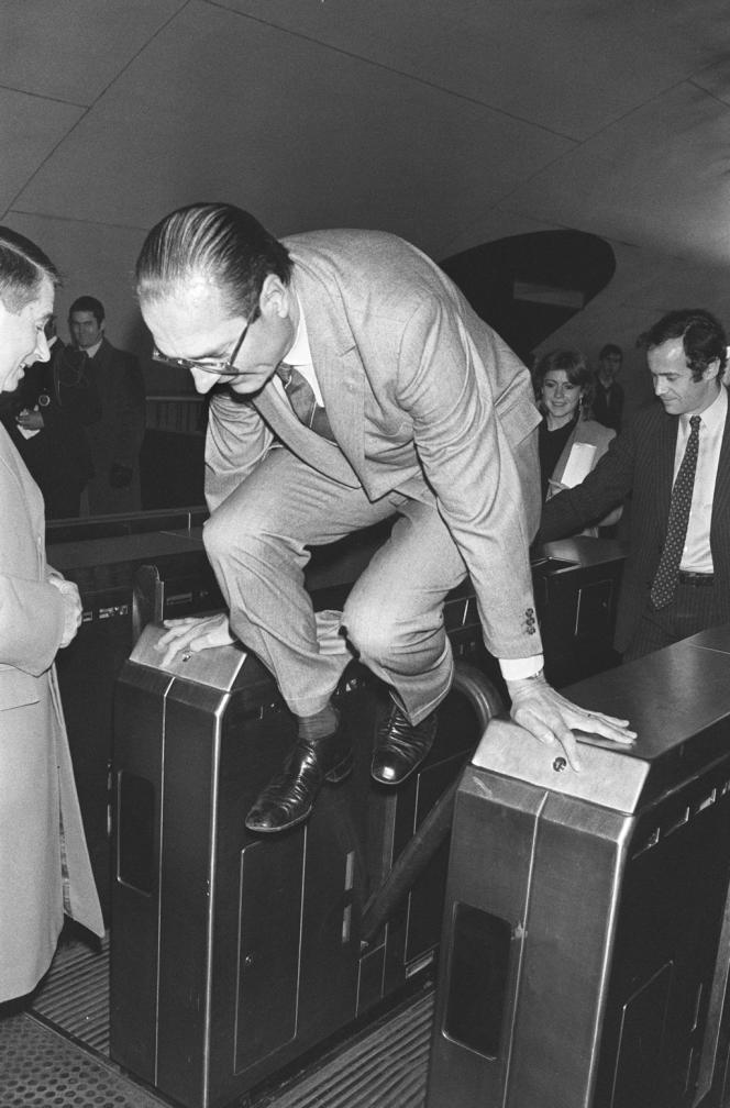 Photo prise le 05 décembre 1980 de l'ancien président Jacques Chirac, alors maire de Paris, sautant en 1980 un portillon de métro à la station Auber à Paris.