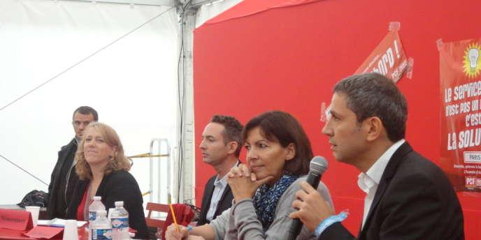 Ian Brossat, chef de file des communistes parisiens et élu du 18e arrondissement, entouré, lors du débat sur les municipales à la fête de l'Humanité samedi à sa droite de Danielle Simonnet, candidate du Parti de gauche. Et à sa gauche, à côté du modérateur du débat, d'Anne Hidalgo, candidate PS, et de Christophe Najdovski, candidat EELV.