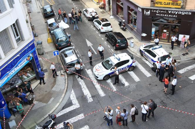 Des policiers sur le lieu où Stephan Turk a tué un de ses braqueurs, âgé de 19 ans, à Nice, le 11 septembre.