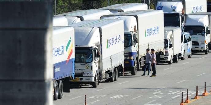 File de voitures et de camions à la frontière entre Corée du Sud et Corée du Nord, après la réouverture du complexe industriel de Kaesong, le 16 septembre.