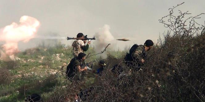 Des rebelles envoient des grenades sur les forces du régime de Damas, le 26 août, dans la région de Khanasser.