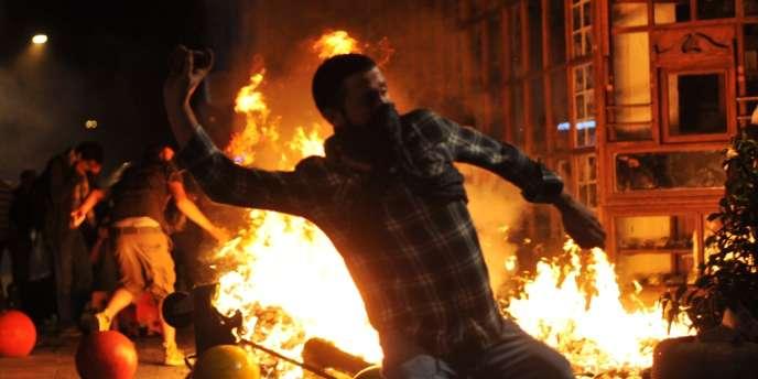 A Istanbul, les unités antiémeutes sont entrées en action quand des centaines de manifestants ont dressé des barricades et y ont mis le feu dans le quartier de Kadiköy.