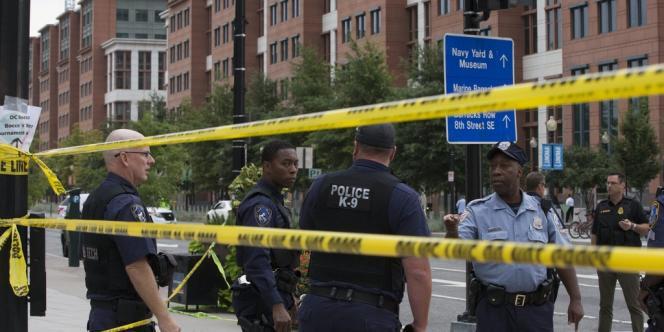 La police américaine devant le bâtiment de la marine où la fusillade s'est déroulée à Washington lundi matin.