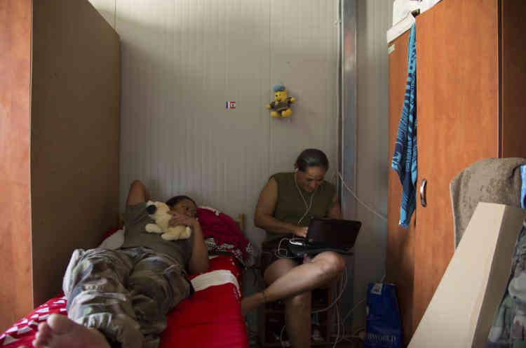 Brigadier Chef Visesia et Brigadier Chef Aurelie se reposent pendant une pause dans la base du contingent Francais de la FINUL a Deir Kifa, sud du Liban, le Samedi 14 Septembre, 2013.