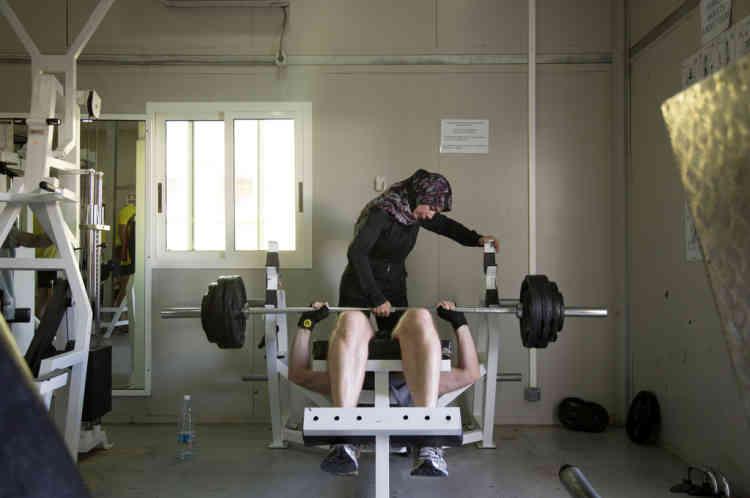 Une entraineuse sportive Libanaise assiste un soldat du contingent Francais de la FINUL dans la salle de gym dans leur base a Deir Kifa, sud du Liban, le Samedi 14 Septembre, 2013.