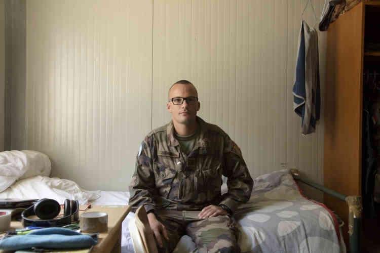 Capitaine Julien pose dans sa chambre pendant une pause dans la base du contingent Francais de la FINUL a Deir Kifa, sud du Liban, le Samedi 14 Septembre, 2013.