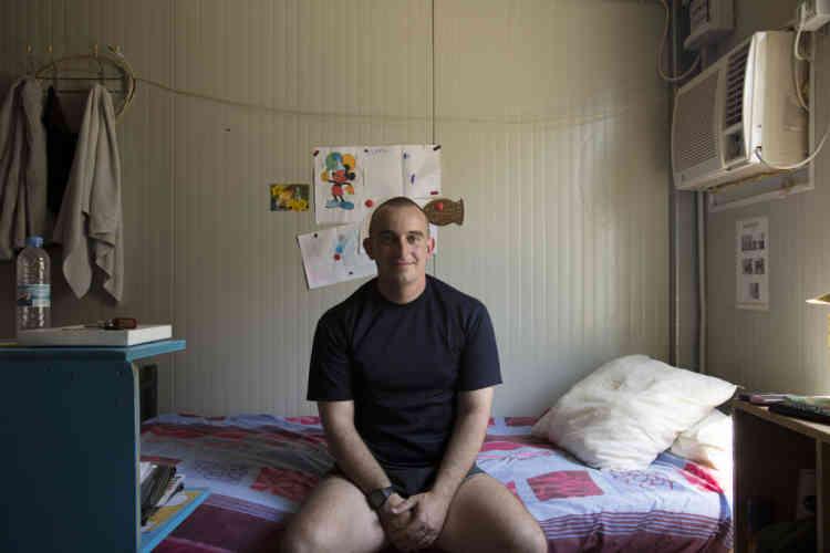 Lieutenant Julien pose dans sa chambre pendant une pause dans la base du contingent Francais de la FINUL a Deir Kifa, sud du Liban, le Samedi 14 Septembre, 2013.