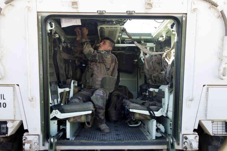 Un soldat du contingent Francais de la FINUL a la fin d'un exericse d'alerte dans la base a Deir Kifa, sud du Liban, le Samedi 14 Septembre, 2013.