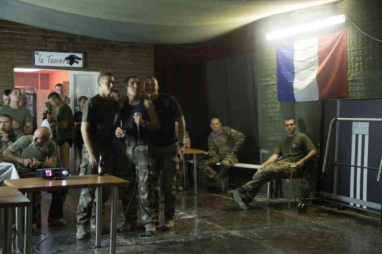 Des soldats du contingent Francais de la FINUL chantent pendant une soiree karaoke dans leur base a Deir Kifa, sud du Liban, le Vendredi 13 Septembre, 2013.