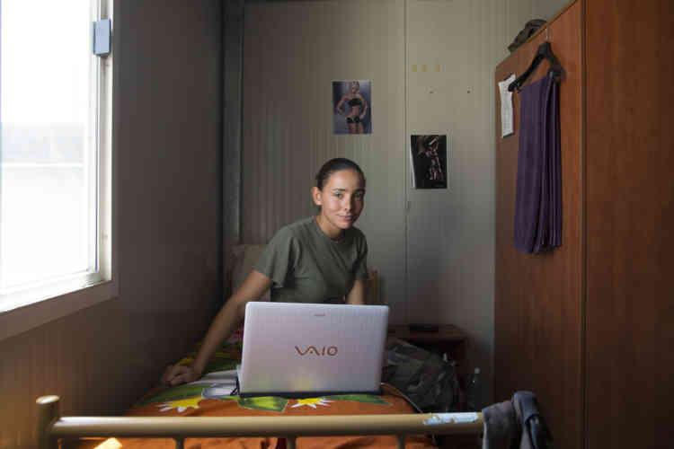 Brigadier Sabrina travaille sur son ordinateur dans sa chambre pendant une pause dans la base du contingent Francais de la FINUL a Deir Kifa, sud du Liban, le Samedi 14 Septembre, 2013.