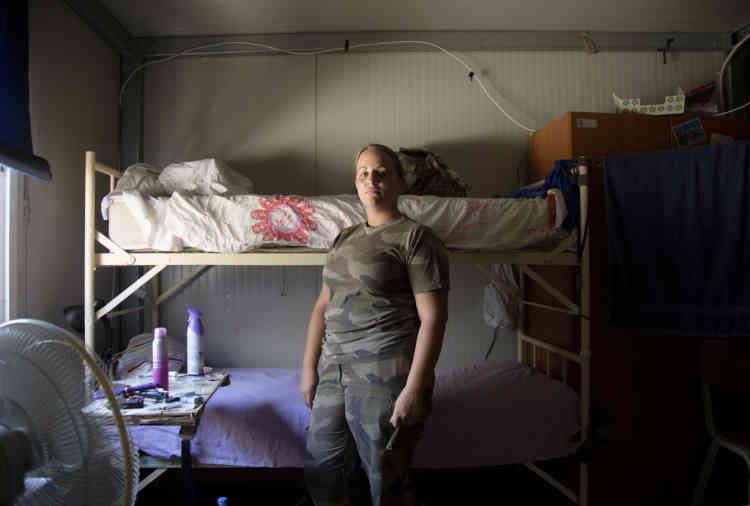Brigadier Chef Stephanie pose dans sa chambre pendant une pause dans la base du contingent Francais de la FINUL a Deir Kifa, sud du Liban, le Samedi 14 Septembre, 2013.