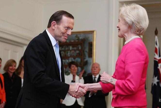 Le premier ministre conservateur Tony Abbott salue Quentin Bryce, gouverneur général, au moment de son investiture, à Canberra, le 18 septembre.  En Australie, le gouverneur général est le représentant du chef de l'État australien, la reine Élisabeth II.
