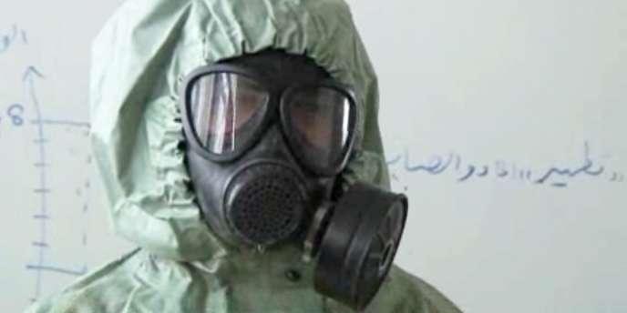 Plusieurs dizaines de tonnes d'éléments, dont du fluorure de sodium ou du fluorure d'hydrogène, ont été livrées entre 2002 et 2006 à la Syrie par Berlin – ici un étudiant à Alep portant une combinaison protectrice contre les attaques chimiques, le 18 septembre.