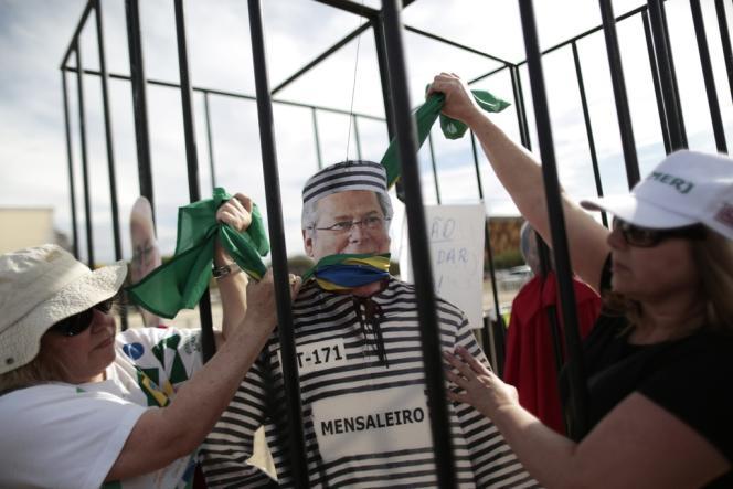 Manifestation devant le siège de la Cour suprême, mercredi 18 septembre à Brasilia, après la décision de la haute instance de rouvrir le procès de l'affaire de corruption politique dite du