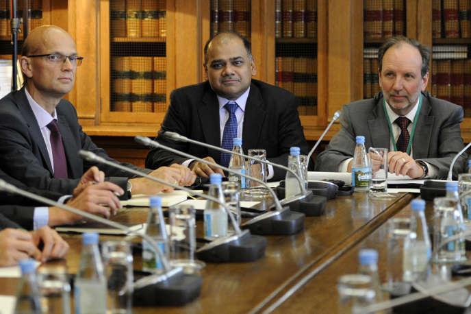 De gauche à droite :  Les envoyés de la troïka au Protugal Rasmus Ruffer (Banque centrale européenne), Subir Lall (Fonds monétaire international) et Sean Berrigan (chef de mission du FMI à Lisbonne) lors d'une rencontre au Parlement portugais, le 18 septembre.