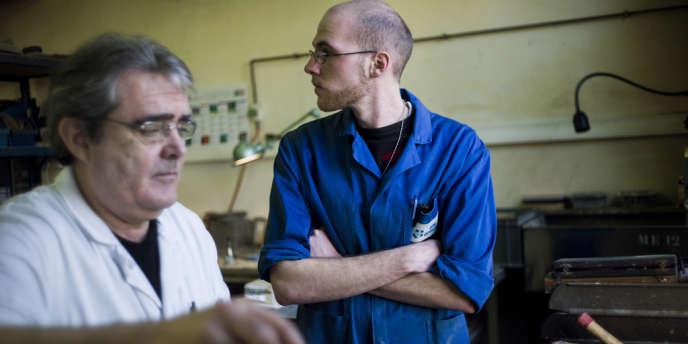Un jeune salarié formé par un senior bénéficiant d'un contrat de génération dans une entreprise (OPA-OPTICAD, à Mitry-Mory, 2013.