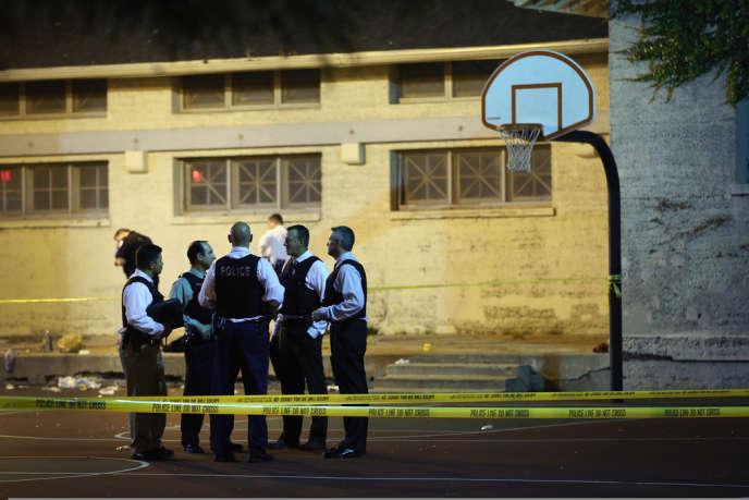 Des policiers sur le site de la fusillade à Chicago.