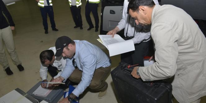 Des membres de l'OIAC reçoivent les échantillons prélevés par les inspecteurs de l'ONU, le 31 août à la Haye.