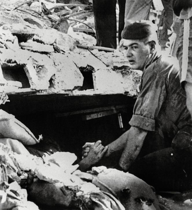 Cette scène est devenue le symbole du drame. Sous les décombres, Eric Mohamed s'accroche désespérément à la main de son sauveur, Yves Verdier, un autre para français. Les deux hommes ne se reverront qu'une fois, au cours d'une cérémonie.