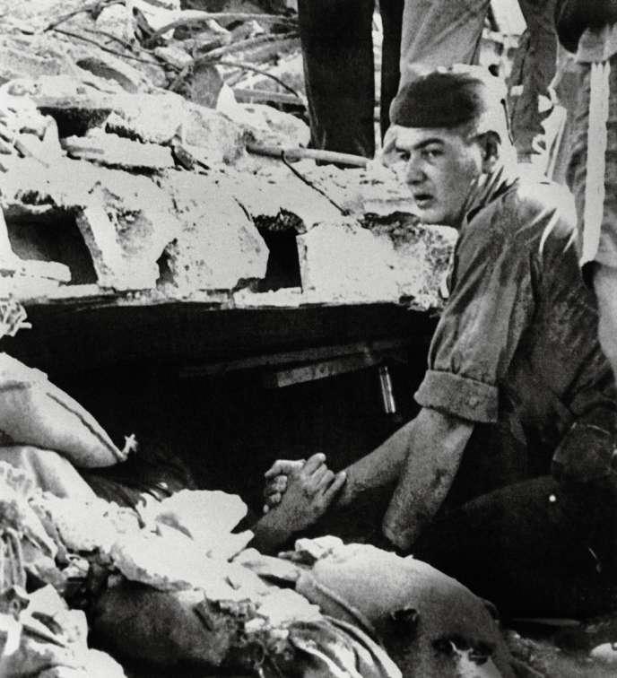 Cette scène est devenue  le symbole du drame. Sous  les décombres, Eric Mohamed s'accroche désespérément  à la main de son sauveur,  Yves Verdier, un autre para français. Les deux hommes  ne se reverront qu'une fois,  au cours d'une cérémonie. -